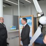 Peter Altmaier am Stand für Kleinwindenergie begrüßt